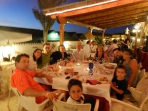 Terraza de verano en familia en en La Finca de las Cuevas del Principe de Navalcarnero