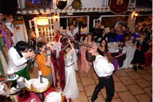 Corte de tarta boda temática en Las Cuevas del Príncipe de Navalcarnero